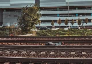 Возле железнодорожной станции в Киеве нашли труп (фото 18+)
