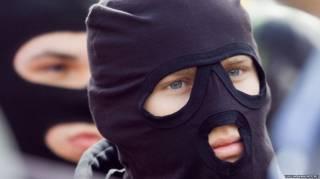 В Киеве неизвестные в масках избили прохожего и отобрали у него сумку с деньгами