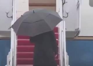 Трамп оконфузился, не сумев справиться с зонтом. Появилось забавное видео