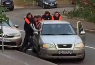 Футболисты «Шахтера» помогли болельщику «Динамо» с заглохшей машиной. Появилось видео