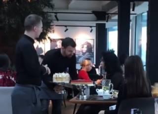 В крутом киевском ресторане официант «зарядил» тортом в лицо посетительнице. Появилось видео
