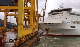 В барселонском порту паром с 450 пассажирами на борту врезался в причал с вредными химикатами