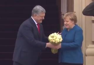 Порошенко встретил Меркель цветами, а та заговорила по-украински