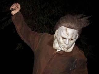 В США какой-то «маньяк» в жуткой маске открыл стрельбу по людям