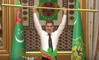 Туркменский лидер под бурные аплодисменты покрасовался с золотой штангой