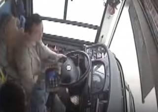 Трагедия в Китае: автобус сорвался в реку из-за драки пассажирки с водителем