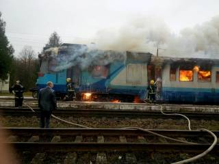 Под Ровно загорелся поезд с пассажирами. Один из вагонов выгорел дотла