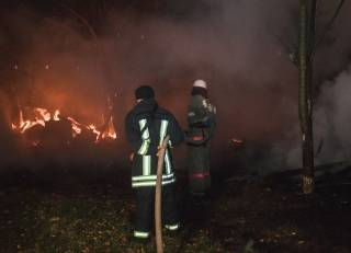 Бомжи устроили грандиозный пожар на окраине Киева