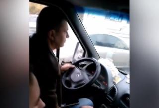В Кривом Роге водитель маршрутки умудрился играть на планшете прямо во время движения