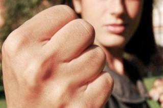 В Днепре 15-летняя девушка жестоко избила сверстницу, после чего заставила ее встать на колени