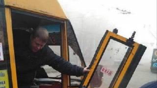 В Киеве у очередной маршрутки на ходу отвалилась дверь