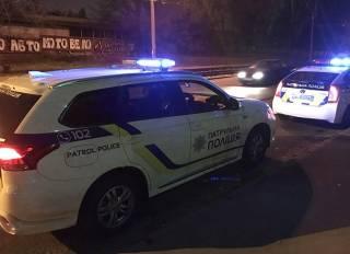 В Киеве таксист едва не оторвал руку копу, а пьяная женщина устроила драку с полицией