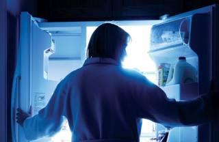 Ученые объяснили, почему вредно есть на ночь глядя