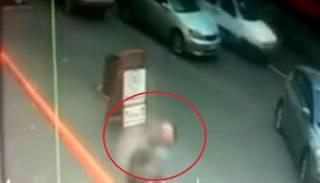 Камеры зафиксировали, как в Одессе на голову прохожему упал кусок фасада