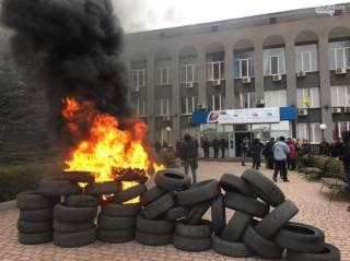 Замерзшие жители Кривого Рога жгут резину и захватили здание «Криворожгаза»