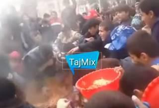Таджики устроили массовую драку на фестивале плова из-за бесплатного угощения