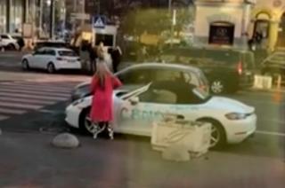 В центре Киева разъяренная блондинка изувечила автомобиль за 2 млн грн. Неправильно припарковался?