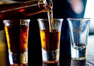 Ученые выяснили, почему людей тянет пить алкоголь