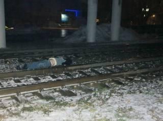 В Киеве поезд сбил мужчину (фото 18+)