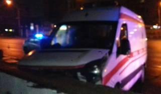 Во Львове «скорая помощь» врезалась в подземный переход. Госпитализирована вся бригада