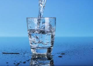Медики объяснили, почему пить много воды – вредно