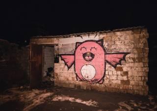 В подсобке у киевских дворников нашли замерзшего бомжа (фото 18+)