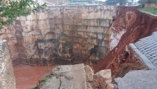 Провал трассы в Португалии: люди с машинами исчезли под тоннами воды и грязи