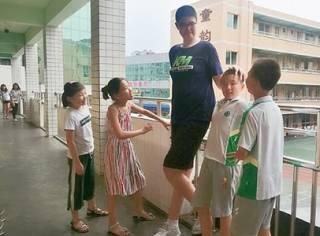 В Китае нашли самую высокую девочку в мире