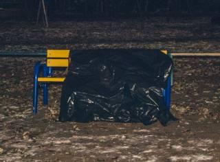 В Киеве прямо на детской площадке нашли труп со спущенными штанами