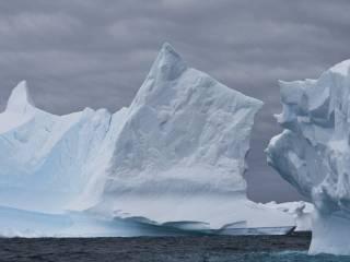 Подо льдами Восточной Антарктиды обнаружили загадочное излучение