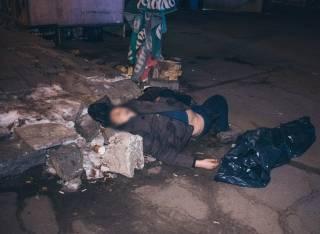 В Киеве возле одной из станций метро нашли труп (видео 18+)