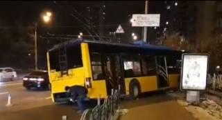 В Киеве неуправляемый троллейбус вылетел на тротуар и чуть не упал в яму