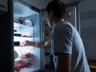 Ученые объяснили, почему прием пищи после 18 часов ‒ опасен для здоровья