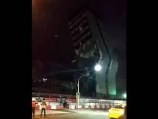 В Москве «не по плану» рухнул огромный бизнес-центр. Появилось видео