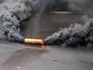 На фоне введения военного положения неизвестный бросил дымовую шашку в ТРЦ, который связывают с другом Путина
