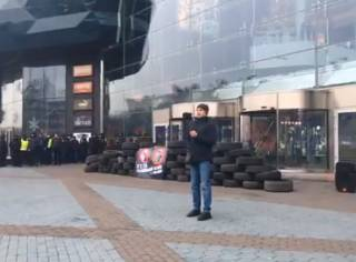 «Собственность России»: националисты заблокировали вход в один из ТЦ Киева
