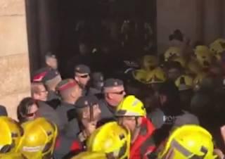 Толпа разъяренных бюджетников едва не снесла парламент Каталонии: эпичное видео