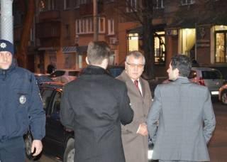 Экс-министра обороны Гриценко забросали яйцами в Одессе