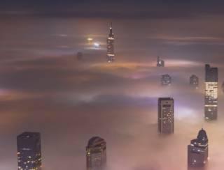 Непроглядный туман окутал китайский город-порт: впечатляющее видео
