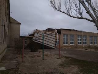 На Запорожье ветер оставил школьников без крыши над головой