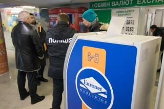 В столичном торговом центре на одном из банкоматов обнаружили воровскую накладку