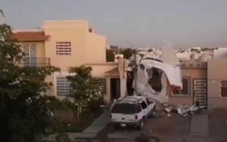 В Мексике самолет рухнул на жилой дом. Есть погибшие и раненные