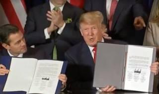 Трамп «сел в лужу», подписывая важный документ