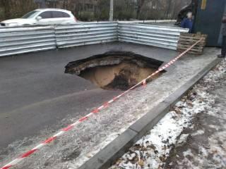 В Запорожье фура провалилась под только что отремонтированный асфальт