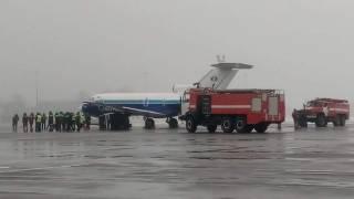 В столичном аэропорту самолет опрокинул на бок автомобиль