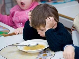 Огурцы с плесенью и «черный» борщ. В садике под Киевом разгорается скандал из-за детской еды