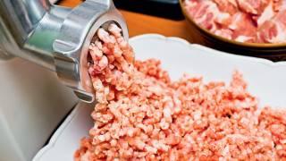 В Херсоне школьный повар перемолола свою руку в мясорубке, готовя детям обед