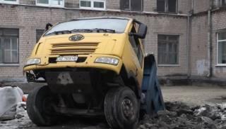 В Днепре на территории школы груженая фура ушла под землю