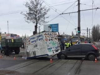 В Николаеве выпавший из грузовика киоск смял легковушку