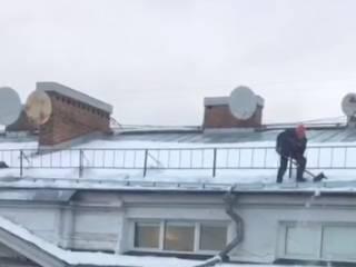 В Москве довольно опасно чистят крыши от снега